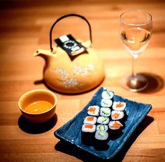 De curand, bloggerii au facut o scurta, dar intensa calatorie pana in Japonia la Zen Sushi Sarroglia, impreuna cu cativa bloggeri de food. S-a lasat cu zambete, cutite bine ascutite si – desigur – cu arta de a facesushi, din care am invatat cateva secrete, cu ajutorul lui Chef Sorinsi al luiChef Iulian Constantin. S-autestat …