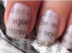 UÑAS PINTADAS CON PERIÓDICO  Para empezar debes pintar tus uñas con una base de esmalte protectora.