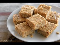 We've cracked the code on how to get your kids to eat whole grains! All you need are three ingredients—honey, peanut butter and some old-fashioned rolled oats—to make our no-bake peanut butter oat bars. (no bake oatmeal bars) Healthy Desserts, Delicious Desserts, Yummy Food, Healthy Oat Bars, Healthy Oat Recipes, Peanut Butter Healthy Snacks, Pb2 Recipes, Healthy No Bake Cookies, Protein Bar Recipes