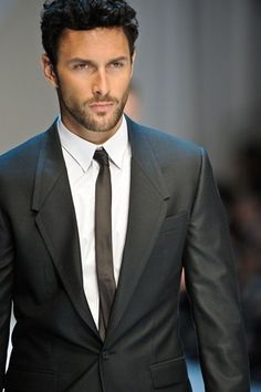 I like my man in a suit (: Classically sexy at Dolce and Gabbana SS 2012 Menswear Sharp Dressed Man, Well Dressed Men, Gq, Look Fashion, Mens Fashion, Mode Man, Brave, Hommes Sexy, Skinny Ties