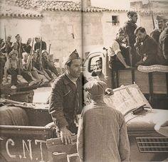 Buenaventura Durruti (en primer plano , subido al coche) acompañado de miembros de la columna que llevaba su nombre el 14 de agosto de 1936 en Bujalaroz, Zaragoza.  Con las columnas anarquistas catalanas y valencianas , nació el Consejo de Aragón.  Tres meses después de tomar esa imagen, Durruti moriría en Madrid