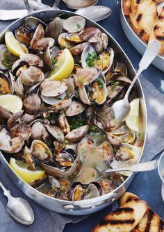 Steamed Clams with Garlic & Chives. Cleaned clams steamed in a white wine and garlic mixture and topped with bursts of freshness that come from the fresh chives. Clam Recipes, Seafood Recipes, Dinner Recipes, Cooking Recipes, Healthy Recipes, Cooking Chef, Budget Recipes, Asian Recipes, Seafood Dinner