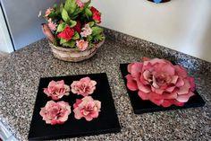 Quadro decorativo em tela, aplicações de flores em filtro de café.   Flowers made with coffee filters...