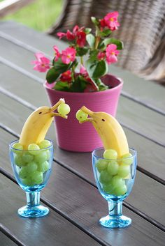 Banana dolphins with grapes. Your kids sure love them! Hellyttävät banaanidelfiinit saavat hymyn huulille aamupalapöydässä. Soveltuvat hyvin myös lastenjuhliin.