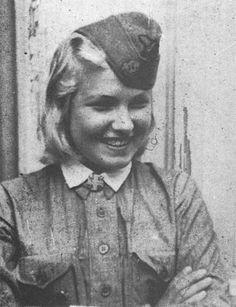 Lotta Svärd Yhdistys - Lotta Svärd member with Lotta hakarisiti badge on collar