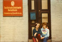 Two women in front of the local management of the SED in Quedlinburg (1984)