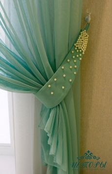 Curtain decor I love this easy and chic way to dress up a curtains. I am a bling lover! Elegant Curtains, Shabby Chic Curtains, Home Curtains, Velvet Curtains, Curtains 2018, Curtain Styles, Curtain Designs, Home Decor Kitchen, Diy Home Decor