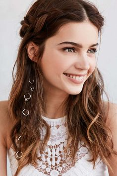 Hair Styles 2018 Gorgeous hair charms and flowing curls Discovred by : Byrdie Beauty Boho Hairstyles, Pretty Hairstyles, Festival Hairstyles, Updo Hairstyle, Hairstyle Ideas, Wedding Hairstyles, Quinceanera Hairstyles, Wedding Updo, Coachella Hair