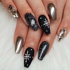 NYE calls for bold, glitzy and glamorous nail designs. No worries because we have found 41 NYE nail ideas you need to try this year. Xmas Nails, New Year's Nails, Gold Nails, Holiday Nails, Christmas Nails, Black Silver Nails, Valentine Nails, Stiletto Nails, Halloween Nails