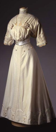 Two-piece dress in ivory cloth, by Atelier A La Ville de Lyon Goudstikker, Naples, c. 1905, at the Pitti Palace Costume Gallery. Via Europeana Fashion.