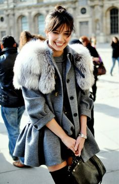 {Together with the sunshine smile, the fur collar and the gray coat are so amazing!}