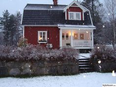 Swedish Cottage in the twilight. Simple House Exterior Design, Classic House Exterior, Rustic House Plans, Barn House Plans, Barn House Kits, Contemporary Beach House, Swedish Cottage, Sweden House, Red Houses