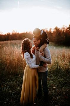 ideas for baby pictures winter family portraits Winter Family Photos, Cute Family Photos, Fall Family Portraits, Fall Family Photo Outfits, Outdoor Family Photos, Family Picture Poses, Family Photo Sessions, Family Photo Shoots, Poses For Family Pictures