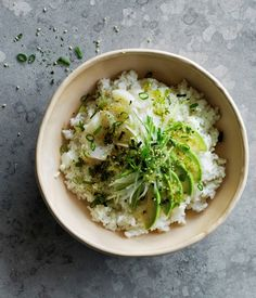 Scallop poke with pickled ginger dressing recipe - Bring rice, water and 1 tsp sea salt to a simmer in a saucepan, then reduce heat to low, cover with a tight-fitting lid and cook without uncovering for 20 minutes. Sardine Recipes, Halibut Recipes, Fish Recipes, Asian Recipes, Poke Bowl, Halal Snacks, Pickled Ginger, Chef Recipes, Recipes