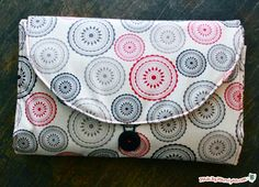 Sew an all-in-one changing mat with this free video tutorial. This clutch holds diapers and wipes, and unfolds into a changing mat for baby! Baby Sewing Projects, Sewing Hacks, Sewing Tutorials, Sewing Crafts, Sewing Patterns, Baby Patterns, Baby Changing Bags, Diaper Changing Pad, Changing Mat