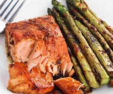 Sweet and Spicy Orange Salmon - Food Recipes Healthy Salmon Recipes, Easy Fish Recipes, Meat Recipes, Seafood Recipes, Easy Meals, Simple Recipes, Spicy Salmon, Baked Salmon, Gluten Free Puff Pastry