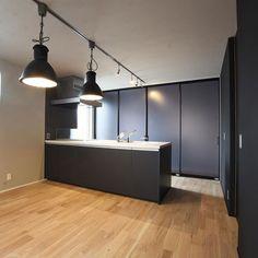 モノトーンのコーディネート。中途半端にせず思いきって床材はオークに白塗装。壁キッチンは黒で統一。生活感をなくしてスッキリと仕上げています。 #注文住宅#住宅#新築#家#マイホーム#無垢材#オーク#春風塗装#パッシブデザイン#se構法#インテリア#モノトーン#モノトーンインテリア#モノトーンコーデ#キッチン#ダイニング