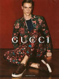 First look at Gucci's Spring/Summer 2014 campaign, featuring Tommaso de Benedictis wearing a floral print suit by Frida Giannini. Gucci Fashion Show, High Fashion, Mens Fashion, Fashion Trends, Milan Fashion, Fashion Styles, Fashion Outfits, Gucci Tshirt, Moda Formal