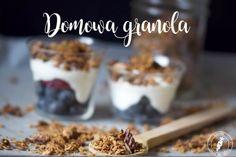 Domowa granola to bardzo prosty i szybki sposób na zdrowe śniadanie w bardzo smacznym wydaniu. Sprawdź jak łatwo zrobić granolę z naturalnych składników!