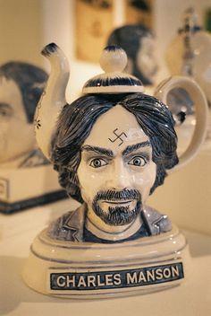 Très étrange et franchement inexplicable.  Pourquoi une THÉIÈRE Charles Manson?...  NON!!!  Simplement NON!!! ~~ Manson teapot -- Why?? No, simply NO!
