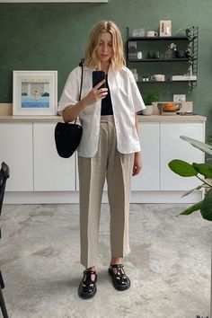 I Think This Is the One Summer Trend That Always Looks Expensive Normcore Fashion, Look Fashion, Normcore Style, Look Formal, Safari Jacket, Look Street Style, Just Style, Look Chic, Mode Inspiration