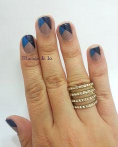 http://mamaede1a.wordpress.com/2014/09/25/nail-art-azul-triangulos/