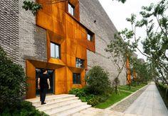 Ausstellungskomplex, Chengdu, China, Höweler und Yoon Architecture  Bündel von Standardfenstern und -türen gesetzt, als Gruppen von Cortenstahlrahmen gefasst, Fassade und Dach aus grauen Ziegeln