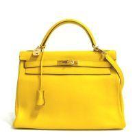 Hermès -  Kelly,  32 cm en veau grainé jaune, attaches et fermoir plaqué or, cadenas, clefs