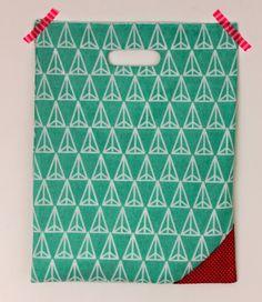 Een snel-klaar-zakje om steeds bij je te hebben tijdens het winkelen! Stofje: dekbedovertrek Zeeman + restje roze Patroon: driehoeksverhouding, Zo Geknipt2!