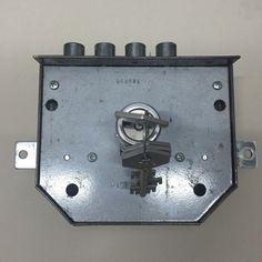 Candado con cerradura en los cofres de tesoros de los egipcios candados door latch key y - Cerrajeros bilbao ...
