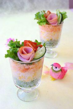 薔薇ハムがCUTE!洋風グラスで3色寿司 by ナオミ先生さん / レシピサイト「Nadia/ナディア」/プロの料理を無料で検索