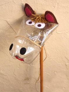 Cavalinho de pau feito de garrafa pet, feltro, lã, corda e madeira para a diversão da criançada ou para estimular a reutilização de materiais recicláveis transformando-os em brinquedos criativos. larg. 20 cm  alt. 90 cm R$ 23,00