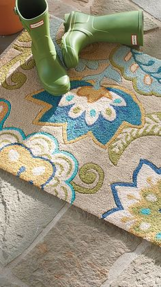 The scattering of flowers on our Jackie Outdoor Mat provides a blooming welcome at your door.