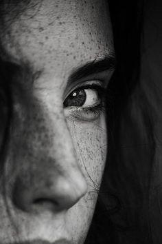 image noir et blanc, portrait noir et blanc, femme rousse avec des taches de rousseur, un œil caché, regard qui doute et scrute son interlocuteur Foto Portrait, Self Portrait Photography, Photography Gallery, Photography Women, Digital Photography, Portrait Art, Portrait Ideas, Landscape Photography, Photography Ideas