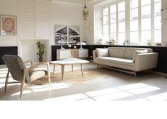 Dans ce salon tendance : fauteuil, table basse et canapé s'harmonisent avec quelques touches de bois