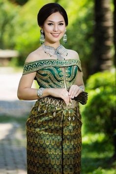 khmer wedding costume Thailand Outfit, Princess Games, Thai Traditional Dress, Thai Dress, Khmer Wedding, Wedding Costumes, Beautiful Women Pictures, Woman Face, Fashion History