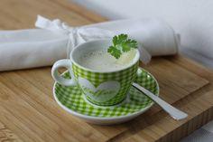 Spargelcremesuppe richtig zubereitet ist eine wahre Geschmacksexplosion. Wir zeigen euch wie ihr eure Suppe besonders lecker macht. Rezept auf https://www.kitchencouple.de/spargelcremesuppe
