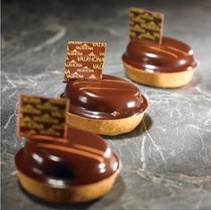 Valrhona has been partner to gourmet flavor artisans since and we believe that we can imagine, together, the best of chocolate. Chocolate Cacao, Valrhona Chocolate, Dinner Party Desserts, Fancy Desserts, Pastry Art, Pastry And Bakery, Cheesecake Recipes, Dessert Recipes, Chocolat Valrhona