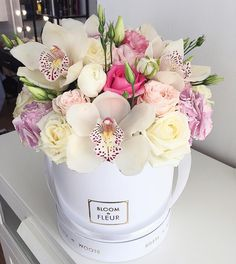 A stunning and rather unusual hat box arrangement from Bloom de Fleur, what a unique design! Flower Arrangement Designs, Beautiful Flower Arrangements, Flower Designs, Floral Arrangements, Flower Box Gift, Flower Boxes, Deco Floral, Arte Floral, Floral Design