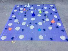 Instalación juego simbólico: arena, embudos y recipientes