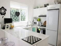 30 Small Cool Kitchens from Real Homes — Kitchen Gallery Layout Design, Design Ideas, Kitchen Dining, Kitchen Decor, Space Kitchen, Kitchen Ideas, Dining Table, Kitchen Gallery, Little Kitchen
