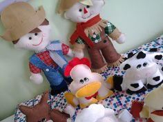 Kit para decoração de festas inclui: 2 bonecos de 40cm, sendo 1 fazendeiro e 1 espantalho + 6 bichinhos de 18x15cm, sendo: galinha, porco, vaca, cavalo, ovelha e pato. R$ 150,00