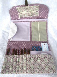 Knitting Travel Case with pockets ~ link to article in French with further photos of the case interior and link to pattern. ~ by Mes Petites Mains