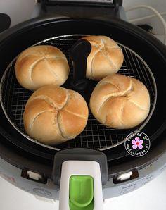 4 kaiserbroodjes in het mandje van de Actifry (7 minuten). Echt heerlijk en lekker snel een paar afbakbroodjes klaar.