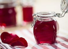 Des fleurs en cuisine : recette vidéo de confiture de pétales de rose, pour des saveurs florales et parfumées. Compote Recipe, Jam And Jelly, Food Humor, Cupcake Cookies, Hot Sauce Bottles, Food And Drink, Homemade, Cooking, Desserts