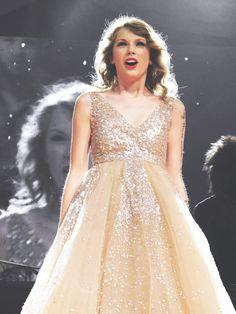 """People throw rocks at things that shine"" 🦋🦋🌴🌴✨⭐ taylorswift taylornation swiftie speaknowera speaknowtour speaknowworldtour SreamMe belikeasnake Taylor Swift Speak Now, Taylor Swift Music, Taylor Swift Fan, Taylor Swift Pictures, Taylor Alison Swift, Taylor Swift Dresses, Taylor Swift Wallpaper, Swift Photo, Queen"
