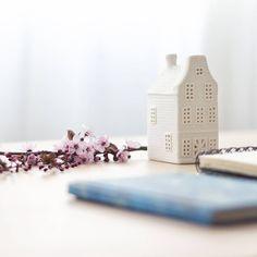 """El otro día estuvimos asesorando a Laura en su casa. Le ayudamos a """"quitarse"""" de en medio cosas que ya no le aportaban. Le quedó claro que lo que no está sumando en su vida, está restando.  Tiempo, energía y a veces dinero, por guardar cosas que no necesitamos. Y tú, ¿Qué tienes que ya no te aporta?  #laespaciera #deco #bienestar #minimalismo #happyhomes #interiorismo #simplifica #aquiyahora #motivacion #orden #energiaencasa #interiorismoemocional #vivelibre #slowdeco"""