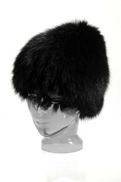 Căciulă confecționată din blană naturală de vulpe polară. Partea exterioară este realizată din blană de vulpe polară iar partea interioară este din tricot. Mărimile sunt universale, iar căciula vine în culoarea neagra.  Produs disponibil atât pentru comandă online, cât și în magazinele A&A Vesa din România. Russian Hat, Extreme Weather, New Trends, Hats For Women, Winter Hats, Fur Hats, Design, Tricot, New Fashion