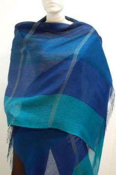 #Webschal aus #Babyalpaka #Wolle und #Seide in verschiedenen Blautönen. Eleganter #Schal aus kostbarer Babyalpaka Wolle und Seide gewebt. Luftig leicht und extra groß