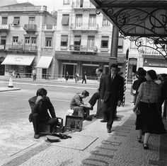 Engraxadores ambulantes. Antique Photos, Capital City, Good Old, Vintage Posters, Street View, Black And White, History, Funny Things, Memories